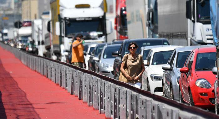 Caos autostrade in Liguria, camionisti giù dai Tir