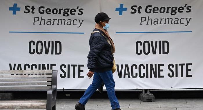 Covid: Gb, nuovo picco 35.700 casi, vaccini volano a 80 mln