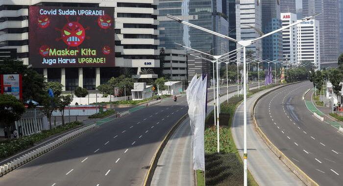 Covid, in Indonesia 50 mila soldati vigilano su nuovo lockdown