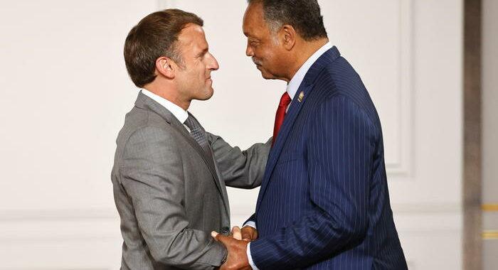 Macron assegna la Légion d'honneur a reverendo Jesse Jackson