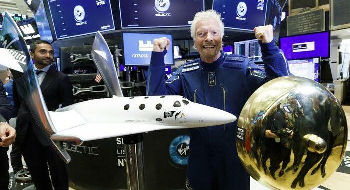 Navetta con Branson rientra su Terra, atterraggio perfetto