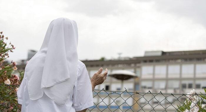 Papa: suora prega guardando finestre al decimo piano Gemelli