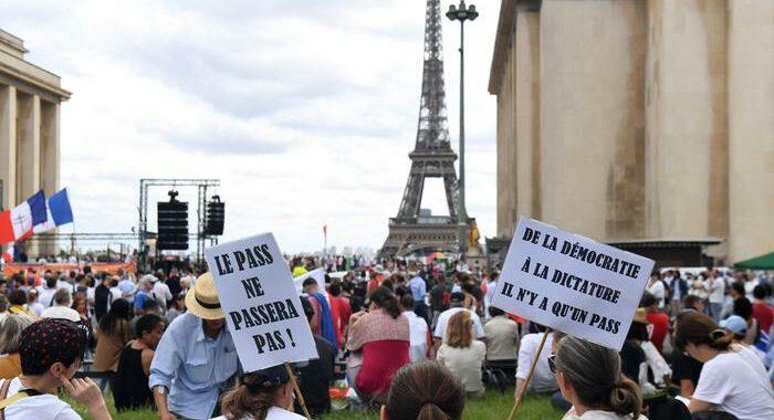 Proteste anti-pass, scontri manifestanti-polizia a Parigi