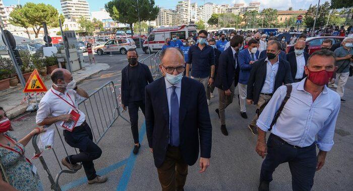 Ucciso in piazza: Letta, ora stop alle armi private
