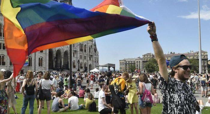 Ungheria: partito Gay Pride a Budapest, migliaia in piazza