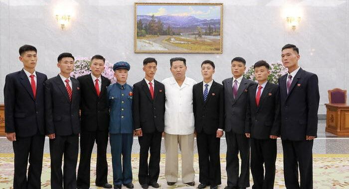 Corea Nord:Kim ancor più magro, foto con giovani ex detenuti