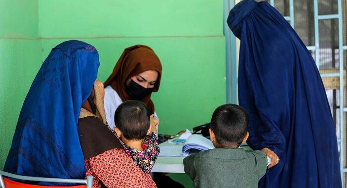 A Kabul le donne non tornano al lavoro, 'state a casa'