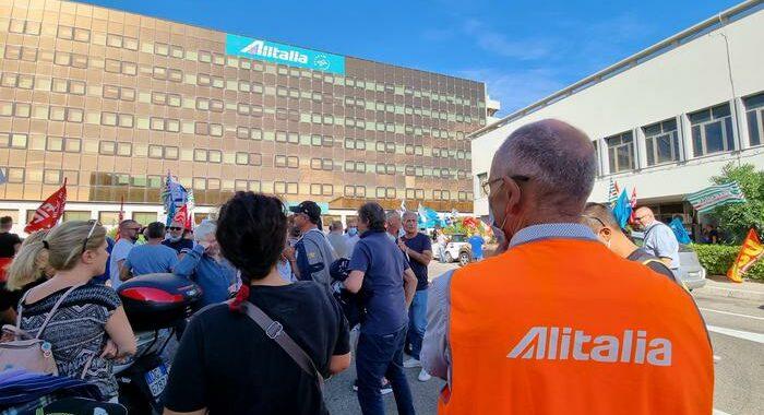 Alitalia: Orlando, pronta norma su ammortizzatori sociali