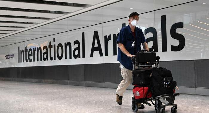 Covid: niente più test per i vaccinati che viaggiano in Gb