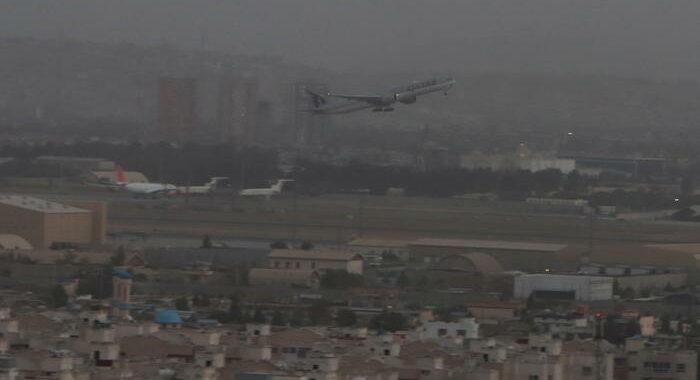 Decollato da Kabul il primo volo per evacuare stranieri
