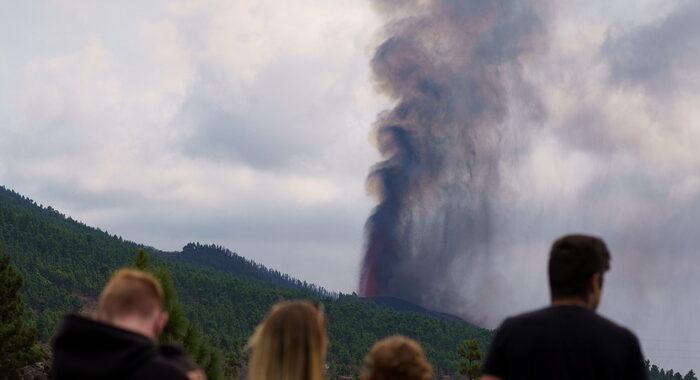 Eruzione Canarie: 5.500 sfollati, lava si avvicina al mare
