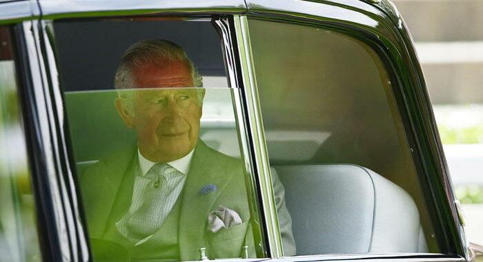 Gb: soldi per onorificenze, Carlo sempre più in difficoltà
