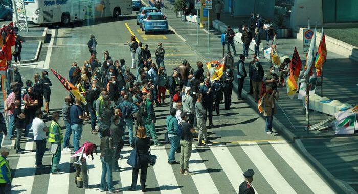 Ita: lavoratori Alitalia bloccano la Roma-Fiumicino