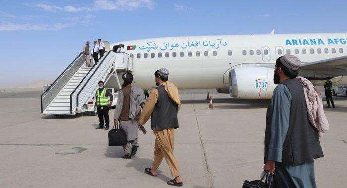 Johnson in Parlamento, Gb accoglierà afghani in fuga