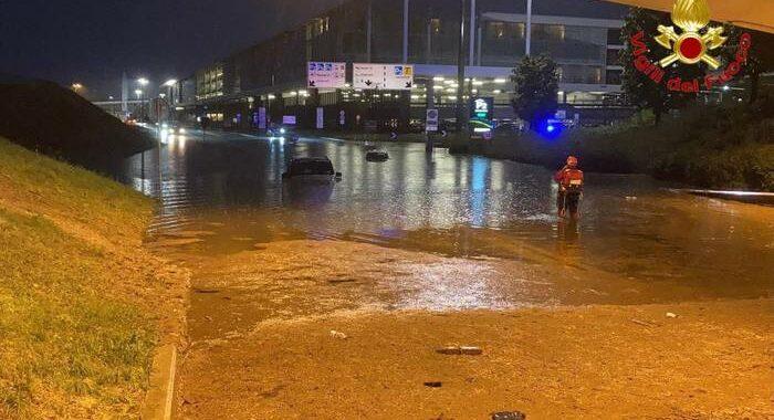 Nubifragio a Malpensa, persone salvate da auto e scalo