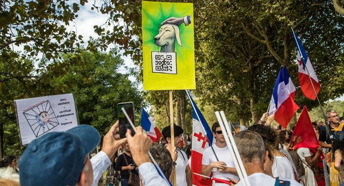 Parigi, tafferugli a manifestazione anti-green pass