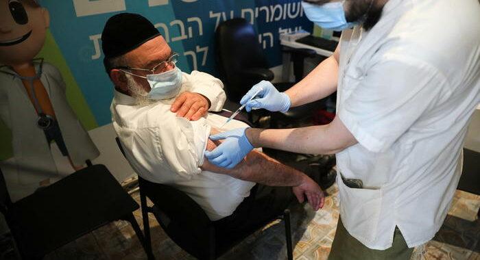 Studio su dati Israele, con 3 dosi giù contagi e casi gravi
